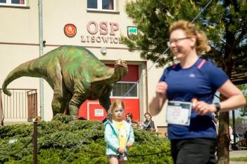 Bieg z dinozaurami w tle