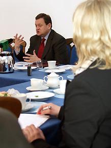 Marszałek Michał Czarski podczas spotkania z dziennikarzami.