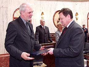 Jan Olbrycht – były marszałek województwa i radny obecnej kadencji przyjmuje gratulacje od marszałka Michała Czarskiego