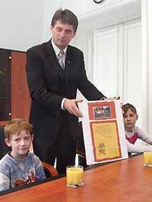 Dzieci z rudzkiego ośrodka przyniosły własnoręcznie wykonany dyplom