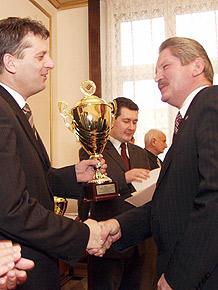 Nagrodę w turnieju odbiera burmistrz Sławkowa Bronisław Goraj