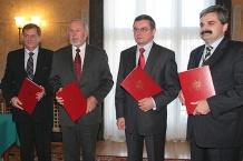 Od lewej: prezes Urzędu Lotnictwa Cywilnego Grzegorz Kruszyński, rektor Politechniki Śląskiej prof. Wojciech Zieliński, Minister Transportu Jerzy Polaczek oraz prezes GTL S.A. Artur Tomasik.