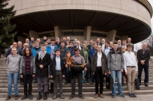 Uczestnicy, organizatorzy, członkowie Komitetu Głównego Olimpiady Astronomicznej, opiekunowie i goście na schodach Planetarium