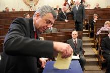 Głosuje radny Wojciech Zamorski