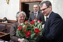 Kwiaty dla Skarbnik Województwa Elżbiety Stolorz-Krzisz za dobre zarządzanie finansami regionu