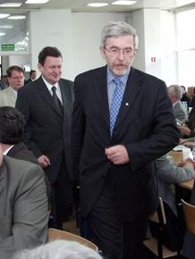 Na pierwszym planie główny negocjator przystąpienia Polski do Unii Europejskiej, Minister Jan Truszczyński