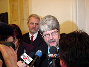 Minister Ernst Schwanhold rozmawia z dziennikarzami