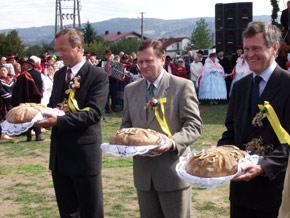Gospodarze Dozynek: Od lewej: wicestarosta żywiecki Jacek Kulec, marszałek Michał Czarski, wojewoda Lechosław Jarzębski