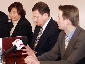 Konferencja prasowa. Od lewej: podsekretarz stanu w Ministerstwie Gospodarki Ewa Okoń- Horodyńska, marszałek Michał Czarski, menedżer projektu Luk Palmen