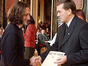 Członek Zarządu Województwa Śląskiego Waldemar Jędrusiński (z prawej) wręczył dyplomy za zasługi dla rozwoju turystyki